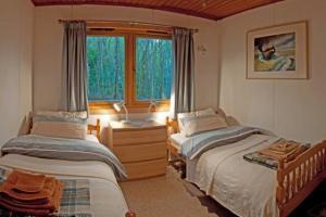 Hillside Chalet - Twin bedroom